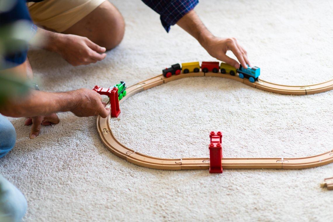 A tak muž staví a staví, buduje strategicky železnici plnou výhybek, kde se křižují vlaky přesně na vteřinu.