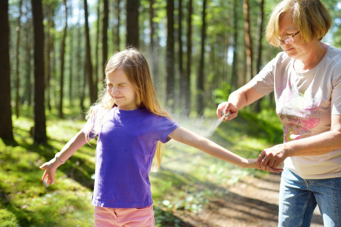 Na klíšťata nejvíce platí prevence – do přírody je vhodné si obléknout dlouhé nohavice a rukávy a vyhýbat se vysoké trávě. Zapomínat nesmíme ani na repelent.